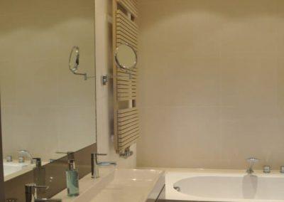 Badkamer met maatwerk onderbouw kasten t.b.v. wastafel