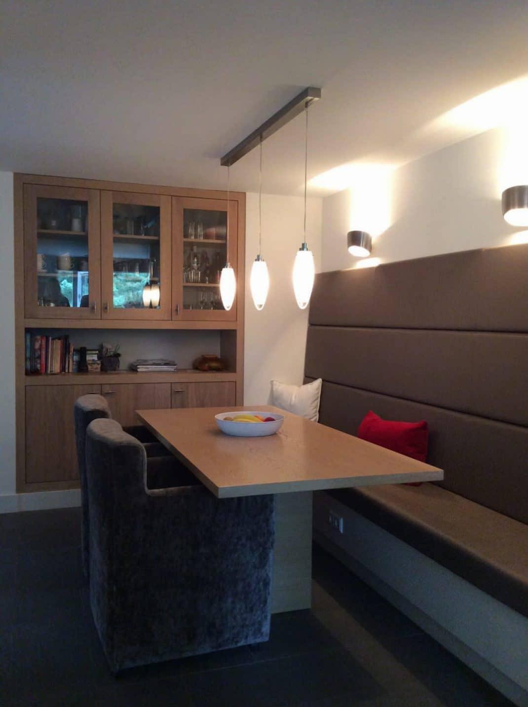 Eetplek keuken maatwerk kast, bank en tafel