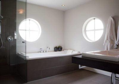 Badkamer ouders bad en douchewand aansluiting