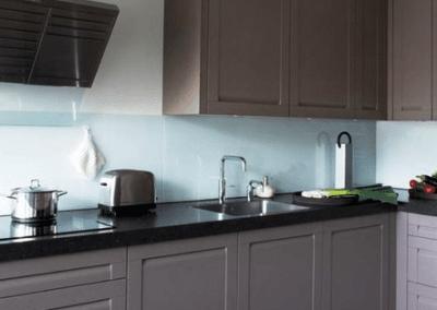 Keuken met glazen achterwand