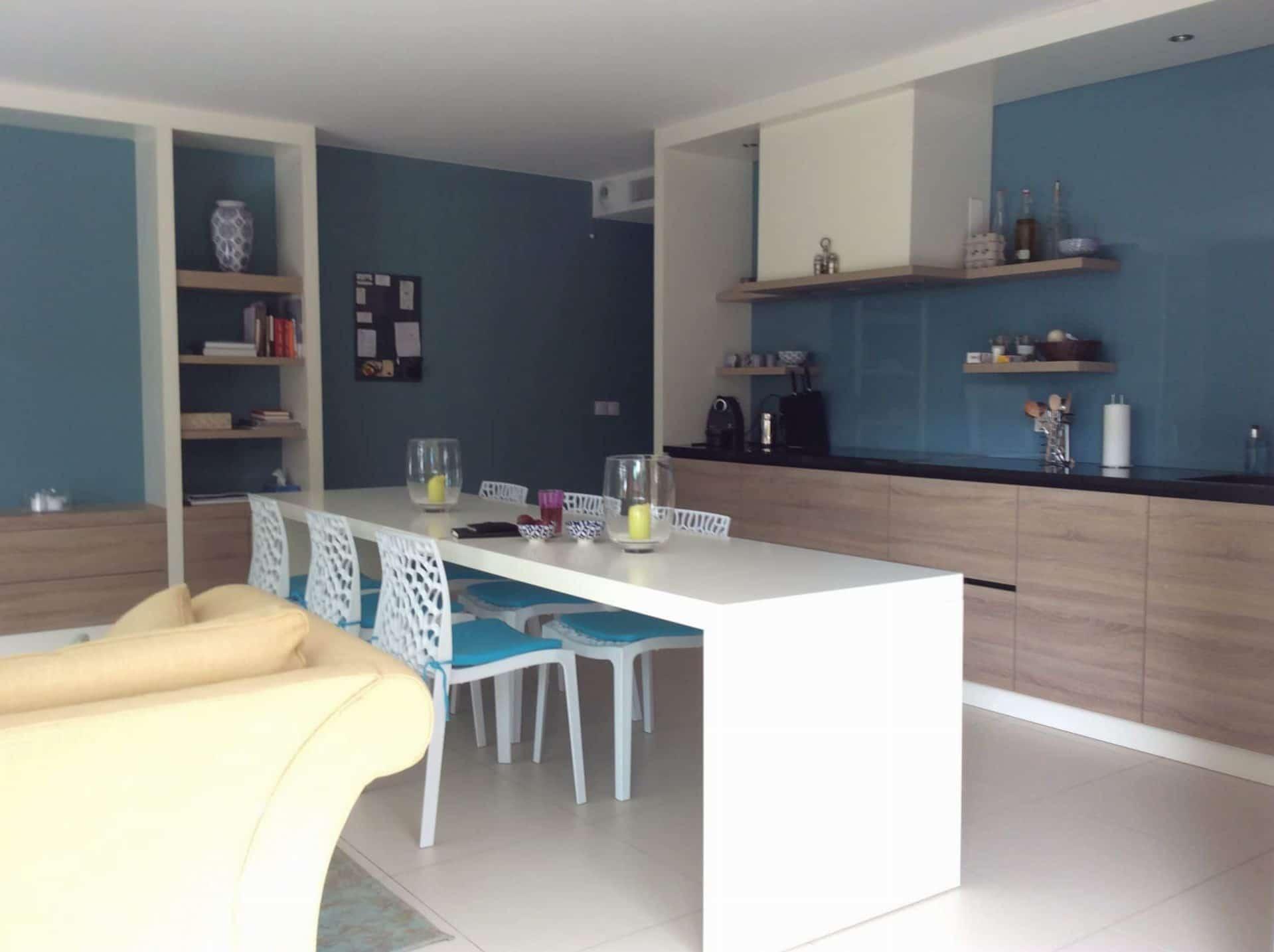 Meubelmaatwerk keuken met gekleurd glazen achterwand