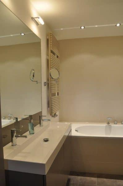Badkamer met maatwerk onderbouwkasten t.b.v. wastafel