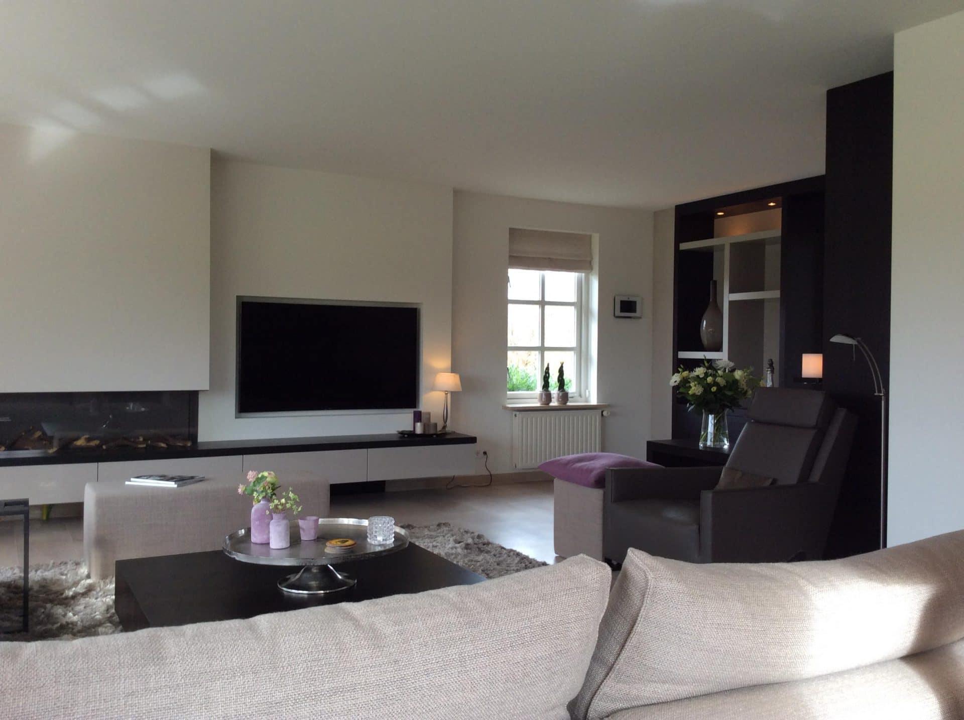 nieuwe indeling woonkamer met verplaatste haard en kastenwand