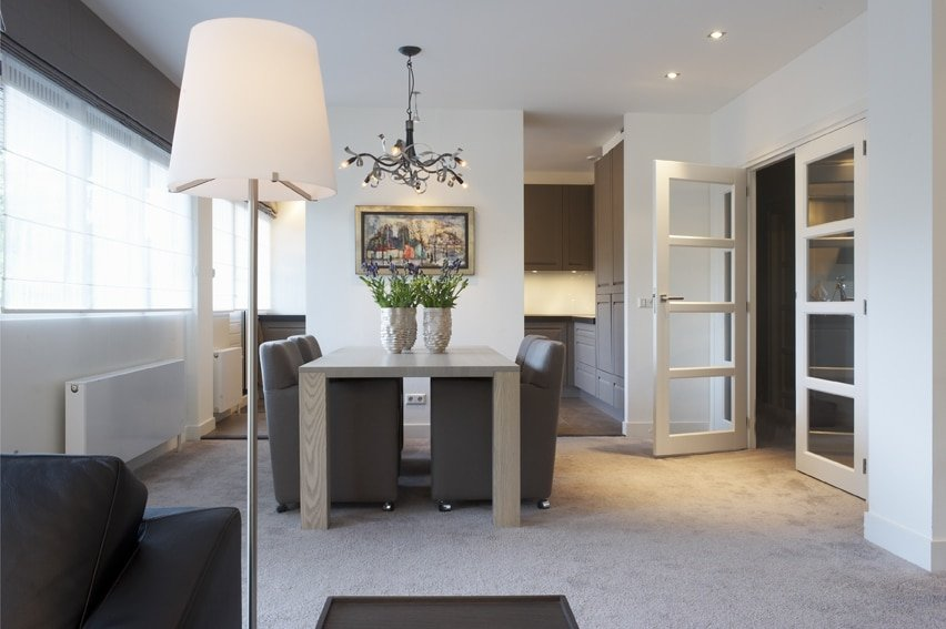 Appartement Baarn eetkamer met doorzicht naar keuken