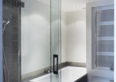 Badkamer met nissen t.b.v. radiator en toiletrollen
