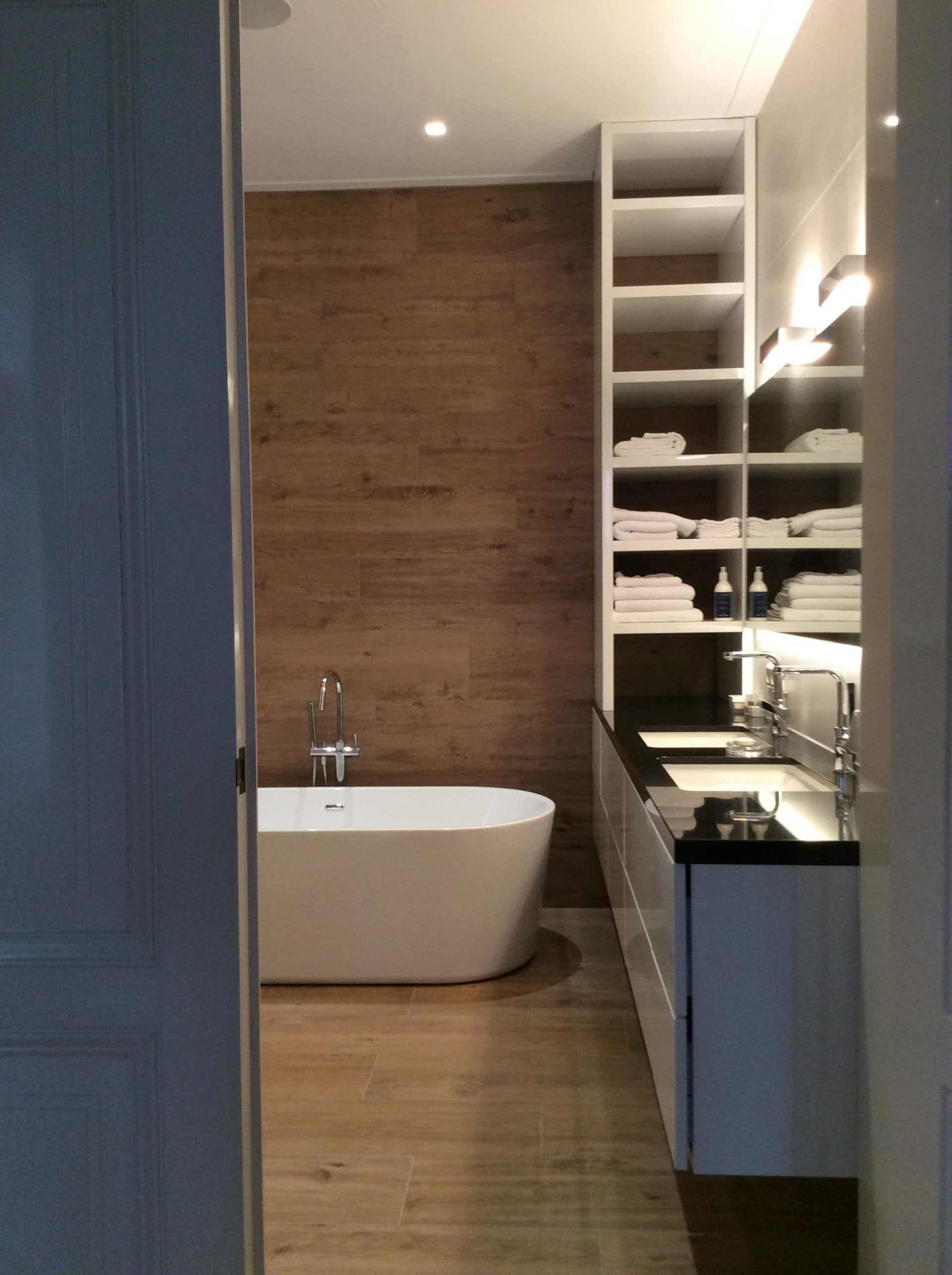 Badkamer meubel met ingebouwde wasbakken natuursteen blad