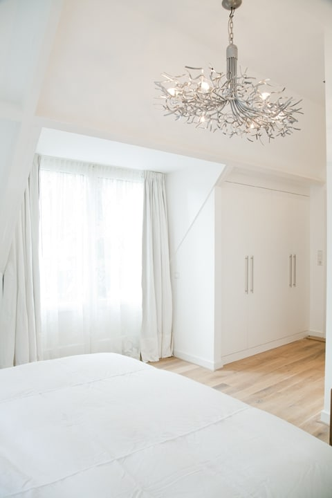 Slaapkamer met ingebouwde kasten vrijstaande villa Hilversum