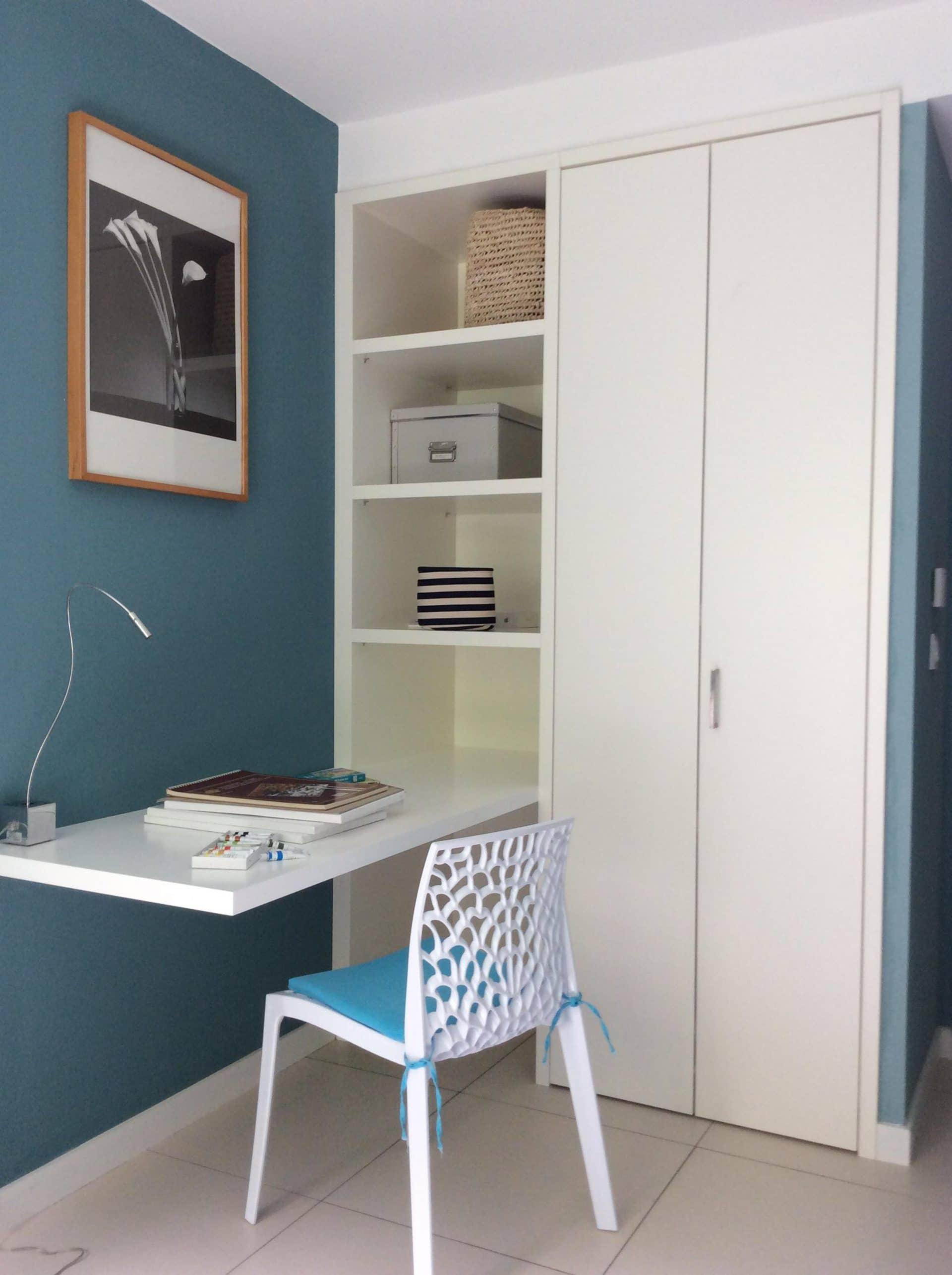 Werkplek en garderobekast logeerkamer