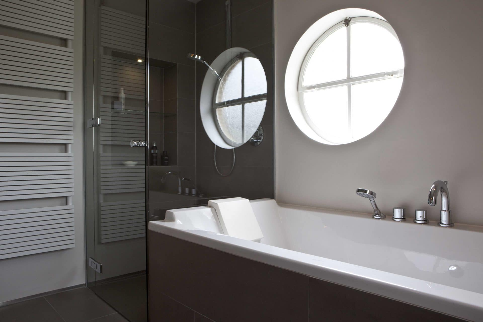 douchewand aan badwand gemonteerd