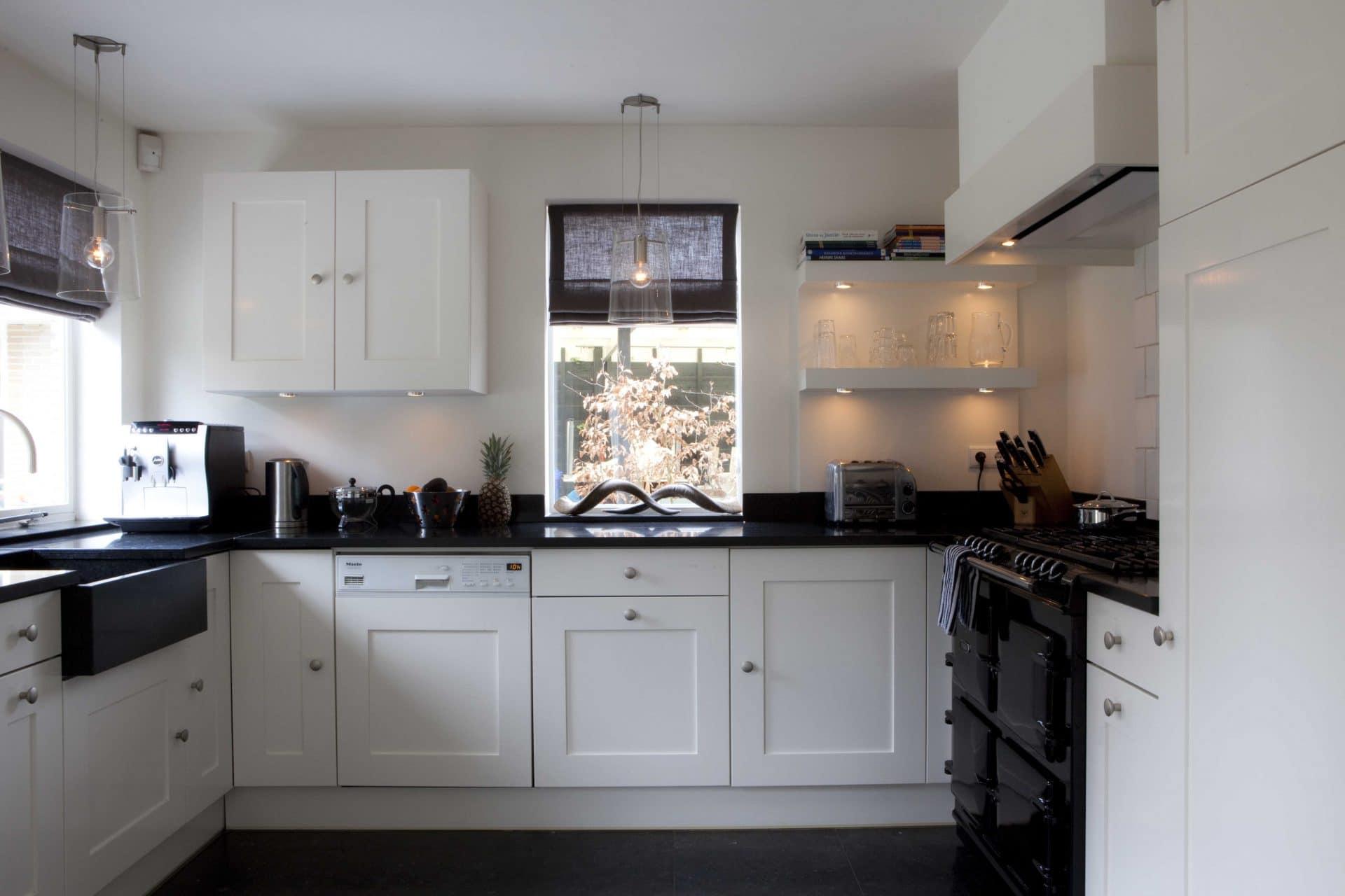keuken 20tiger jaren hoekvilla met verlaagde spoelbak en fornuis