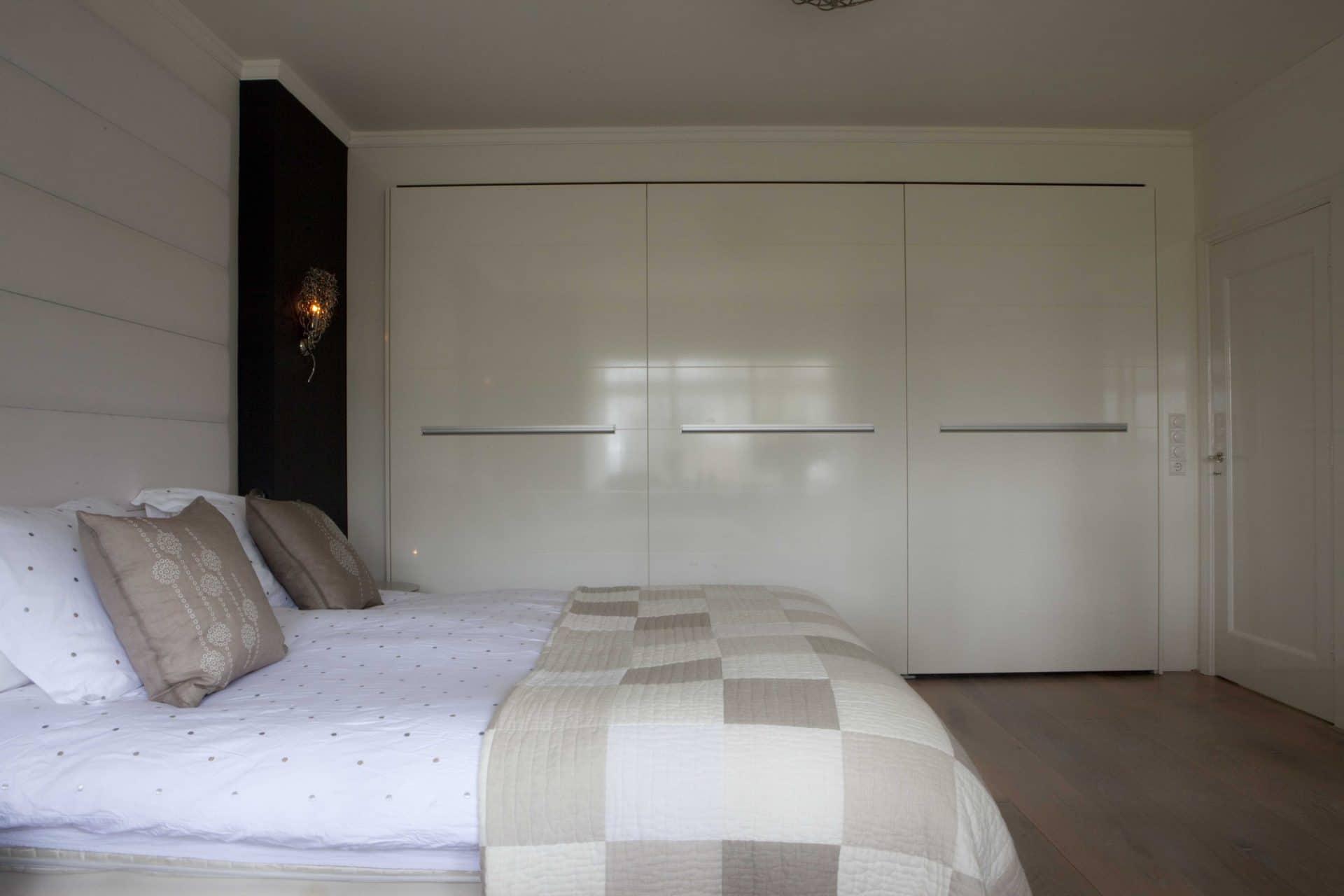 Ouderslaapkamer met maatwerk kastenwand en hoofdboard bed
