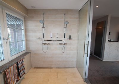 Minder-valide badkamer met dubbele douche in garage gebouwd